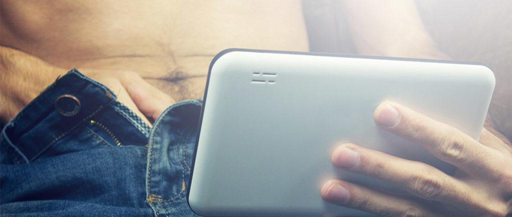 Pornos am Handy schauen | © sasun Bughdaryan - stock.adobe.com