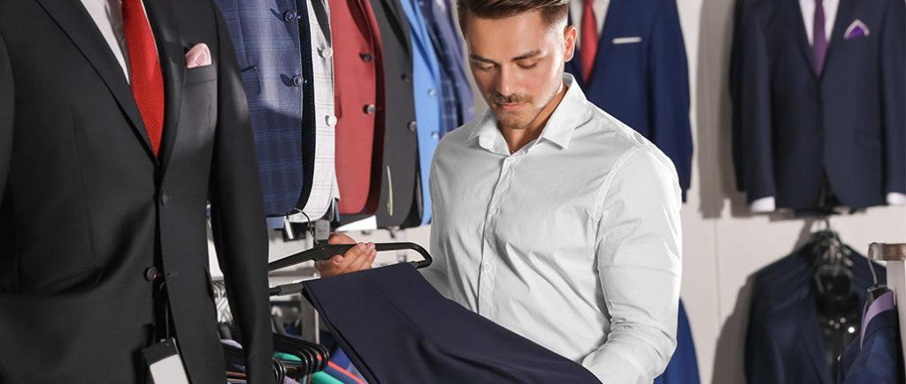 Qualität prüfen beim Anzugkauf | © Africa Studio - stock.adobe.com