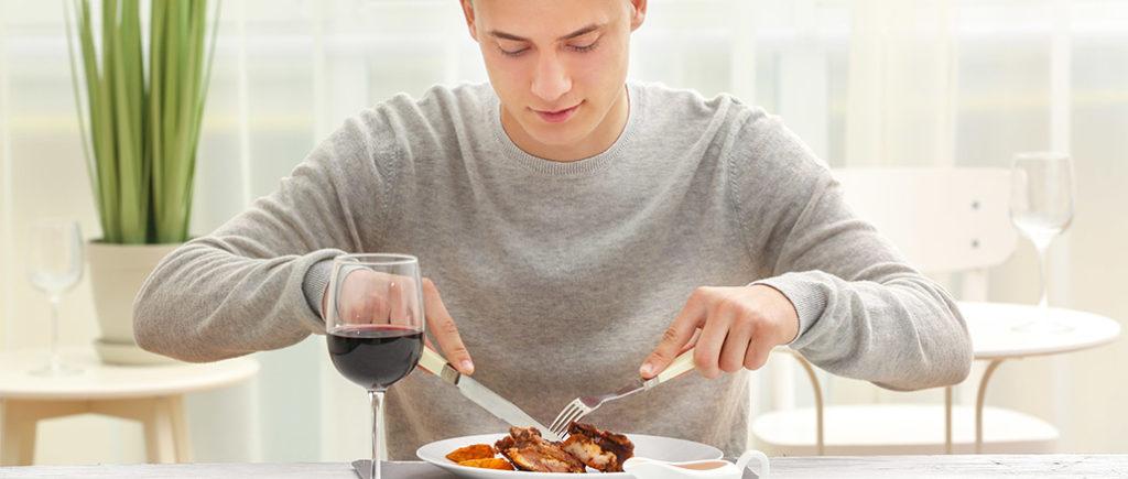 Besteck-Knigge für Männer im Restaurant | © Africa Studio - stock.adobe.com