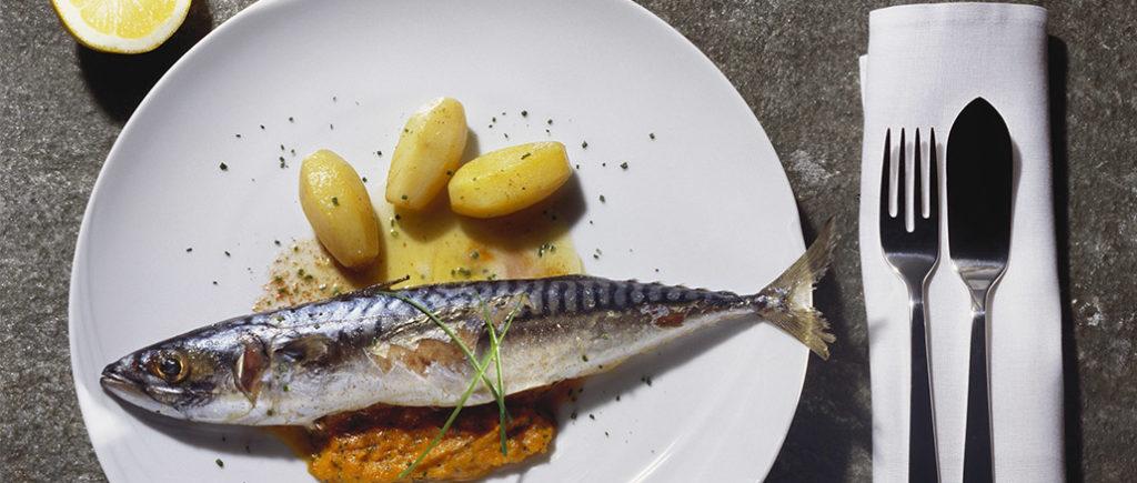 Besteck-Knigge: Männer im Restaurant das Fischmesser | © superfood - stock.adobe.com
