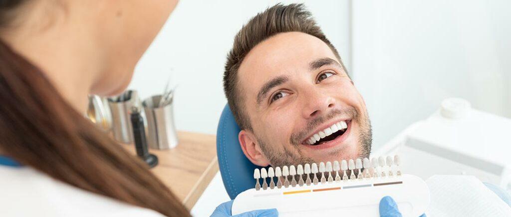 Bleaching für Männerzähne | © Proxima Studio - stock.adobe.com