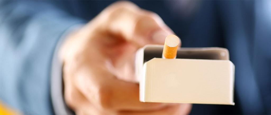 E-Dampfer oder Zigarette - was ist schädlicher? | © Hanna - stock.adobe.com