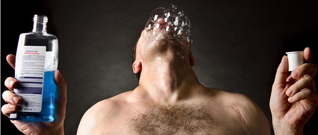 Erkältungs-Knigge für Männer Mundwasser | © Dron - stock.adobe.com