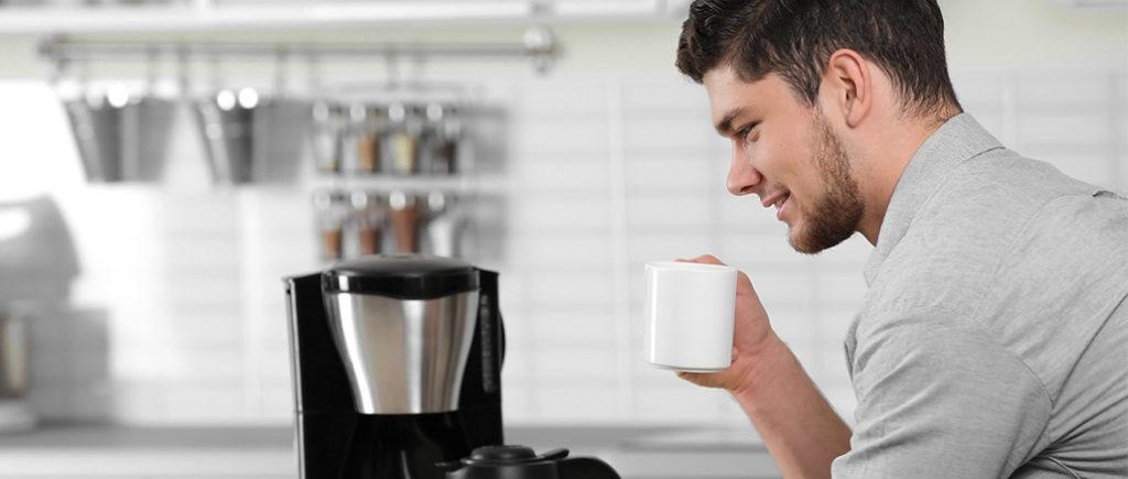 Erste Küche für den Mann: Kaffeemaschine | © Africa Studio - stock.adobe.com