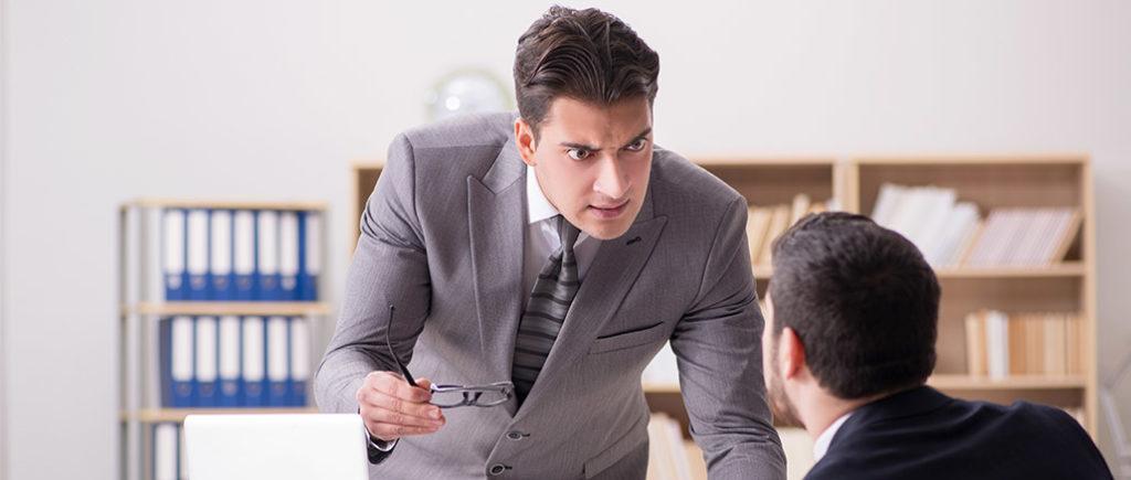 Arbeitskollege ist immer schlecht gelaunt | © Elnur - stock.adobe.com