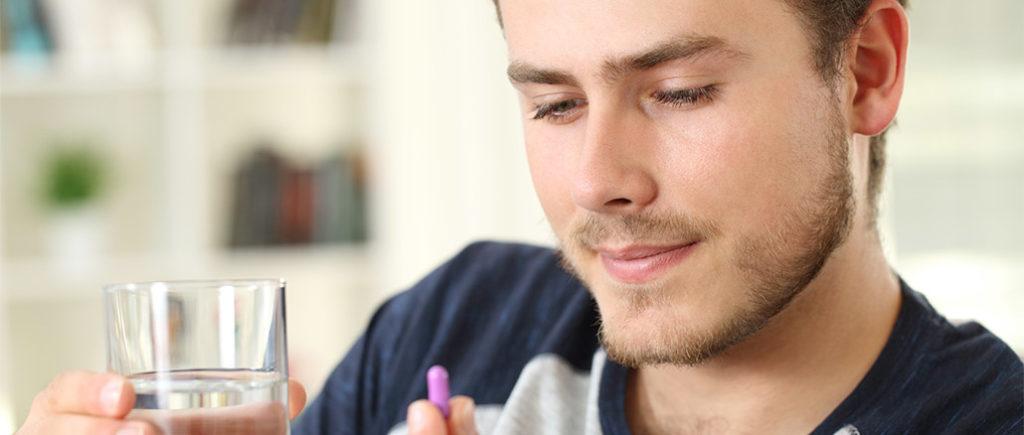 Penisvergrößerung mit Pillen aus dem Internet | © Antonioguillem - stock.adobe.com