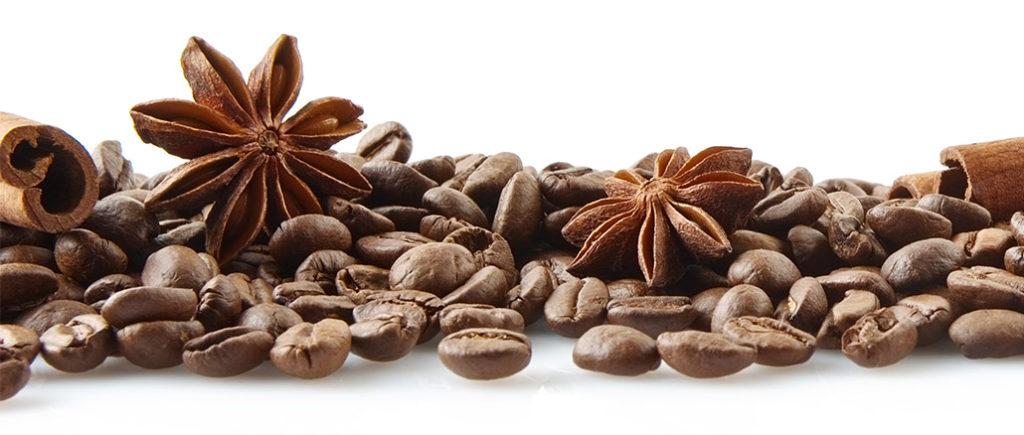 Kaffeebohnen, Sternanis und Zimt | © T. Wejkszo - stock.adobe.com