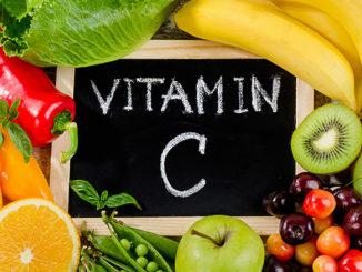 Vitamin C - Ascorbinsäure für den Mann als Nahrungsergänzung | © bit24 - stock.adobe.com