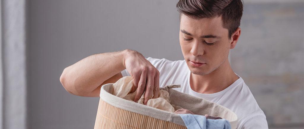 Wäsche vor dem Bügeln richtig sortieren | © LIGHTFIELD STUDIOS - stock.adobe.com