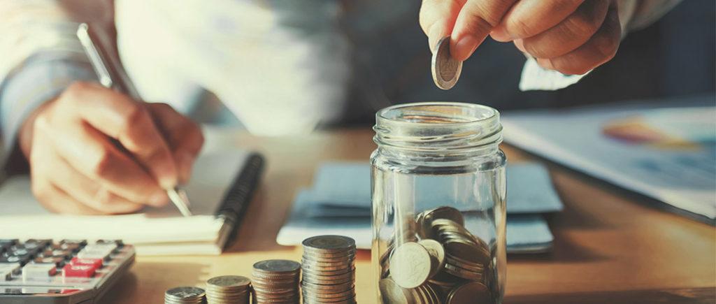 Gute Finanzplanung mit deinem Partner beim Zusammenziehen | © lovelyday12 - stock.adobe.com